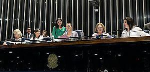 Senadoras Juíza Selma, Eliziane Gama, Leila Barros (presidindo a sessão), Zenaide Maia e Simone Tebet no Plenário em 12 de março