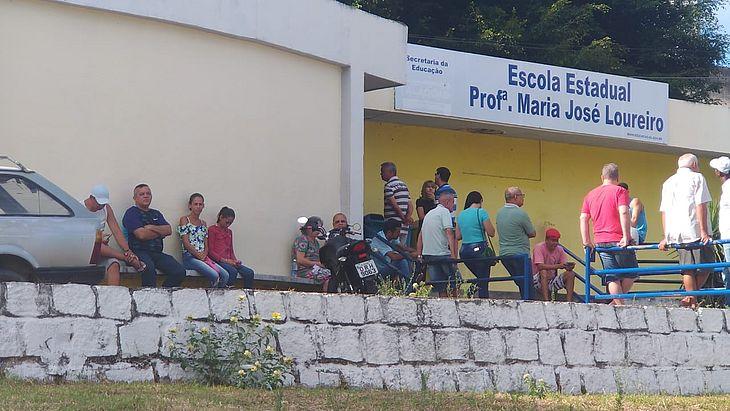 Pequena fila é registrada em frente à escola estadual professora Maria José Loureiro