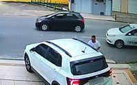 Vídeo: criminoso invade carro de mulher e leva pertences em Mangabeiras