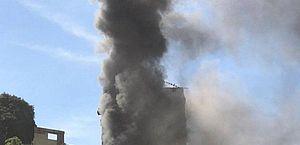 Incêndio atinge prédio com 300 moradores no Rio de Janeiro