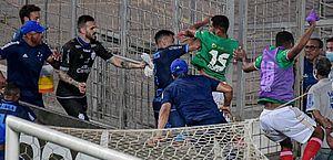 Cruzeiro 1 x 2 CSA: expulsão, socos e gás de pimenta marcam confusão entre jogadores