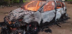 Carro fica destruído após pegar fogo no município de Junqueiro