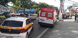 Mulher fica ferida após cair de moto e parar embaixo de ônibus, na Fernandes Lima