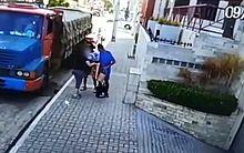 A mulher foi abordada por dois suspeitos após sair do carro