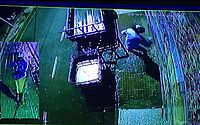Assaltante, no detalhes da imagem, usa uma espingarda para cometer o assalto