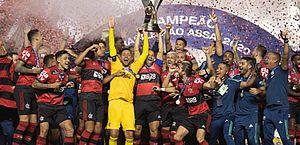 Flamengo perde para o São Paulo, conta com tropeço do Inter e é campeão brasileiro
