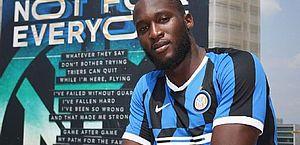 Lukaku é jogador da Inter e foi colocado ao lado de Smalling em capa do jornal