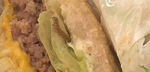 A advogada fez uma foto da larva no meio do sanduíche
