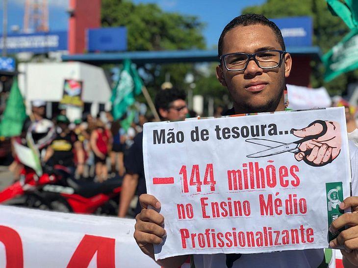 Ato contra cortes na educação em Maceió