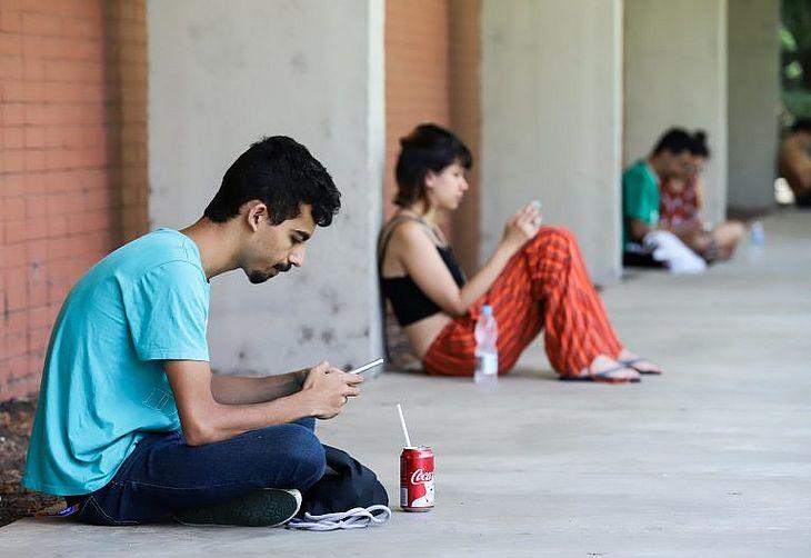 Jovens brasileiros passam, em média, quatro horas diárias utilizando smartphones