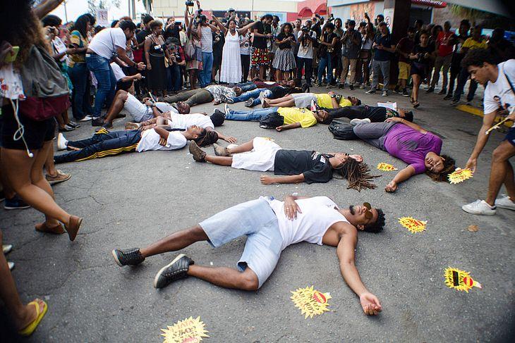 Manifestantes se reúnem em frente ao supermercado Extra na Barra da Tijuca