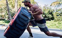 Chris Hemsworth chama atenção com corpo musculoso ao levantar peso