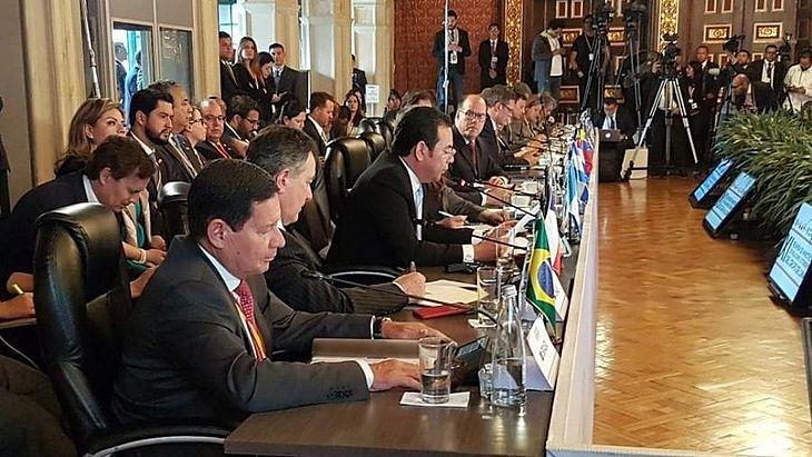 Vice-presidente Hamilton Mourão esteve na reunião do Grupo de Lima