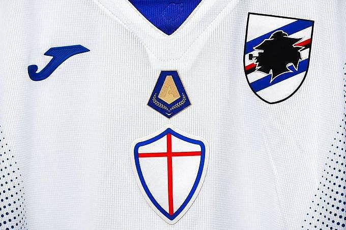 Camisa da Sampdoria com o escudo de artilheiro de Fabio Quagliarella