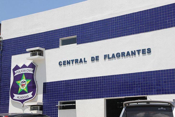 Suspeitos foram presos e levados para a Central de Flagrantes