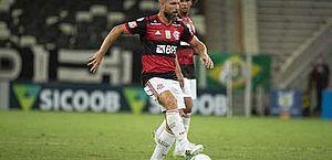 Com Covid-19, meia do Flamengo relata dores pelo corpo e na garganta