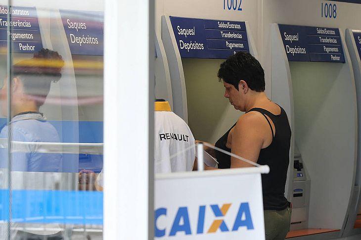 Pessoas em uma agência da Caixa Econômica Federal na zona norte de São Paulo