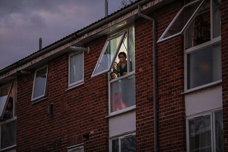 Moradores de Londres, no Reino Unido, em quarentena
