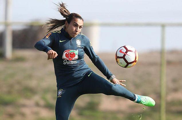 Marta tem lesão na coxa esquerda e preocupa a 15 dias do Mundial