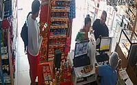 Câmera registra momento em que cliente furta celular em balcão de conveniência