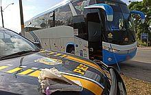 PRF prende homem por tráfico de drogas em ônibus irregular