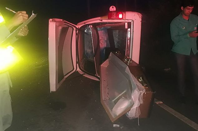 Motorista de carro de funerária provoca acidente e caixão cai na AL-115, em Arapiraca