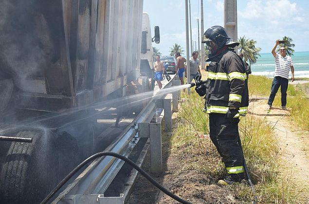 Vídeo: caminhão pega fogo na ponte Divaldo Suruagy, em Maceió