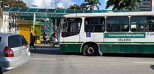 Um ônibus da empresa, que estaria sem freio, furou o sinal vermelho e arrastou três carros na ladeira dos martírios, nessa quinta-feira