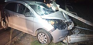 Carro derruba poste e muro de chácara no interior de Alagoas