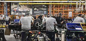 Produção industrial cai 2,4% em março e zera ganhos na pandemia, aponta IBGE