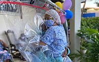 Iniciativa abraça idosos através de cortinas e garante afeto e proteção durante pandemia