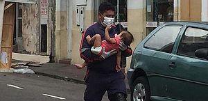 Bombeiros resgatam bebês e crianças de incêndio em hotel no Centro de Manaus