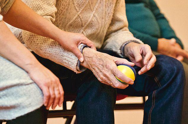 Precisamos pensar em quem vai cuidar dos idosos, alertam especialistas