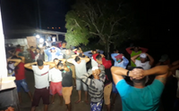 Polícia estoura rinha de galo e apreende 30 animais, drogas e espingarda