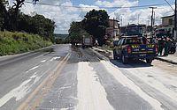 Carreta derrama parte da carga de açúcar em trecho da BR-101, em São Miguel dos Campos