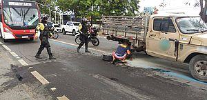 Caminhão quebra e deixa trânsito lento na manhã desta quinta, na Avenida Fernandes Lima
