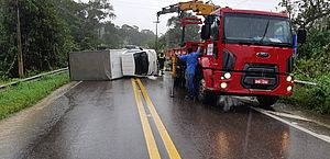 Caminhão tomba e bloqueia parte da BR-316, em Satuba