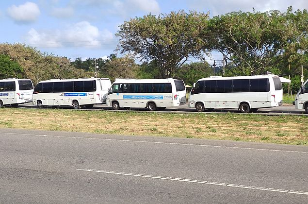 Vídeo: motoristas de transporte complementar protestam por fiscalização de 'táxis-lotação'
