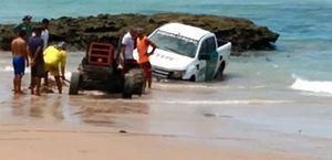 Carro do IMA atola em praia de Garça Torta durante fiscalização; veja vídeo