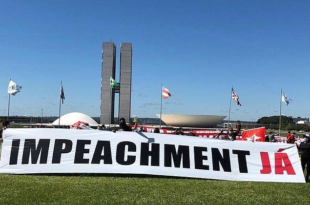 Maia deixa 57 pedidos de impeachment na gaveta e diz que CPI é inevitável