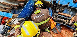 Trator de 20 toneladas tomba em São Luiz do Quitunde e homem fica preso às ferragens