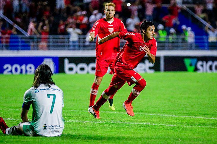 Alisson Farias comemora gol sobre o Guarani no Rei Pelé