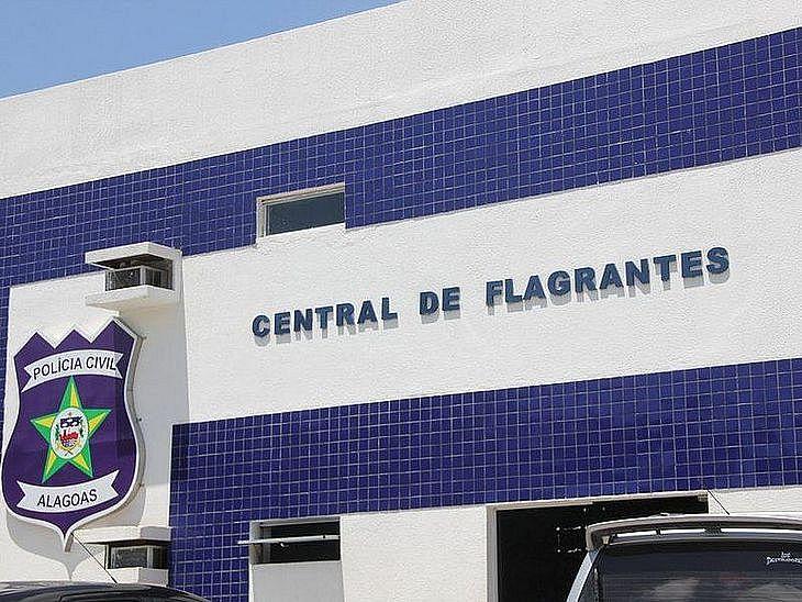 Homem foi preso e levado para a Central de Flagrantes em Maceió