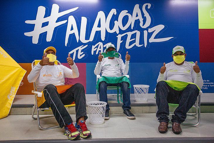 Material com slogan promocional Alagoas te faz Feliz vai garantir conforto para comerciantes e banhistas.