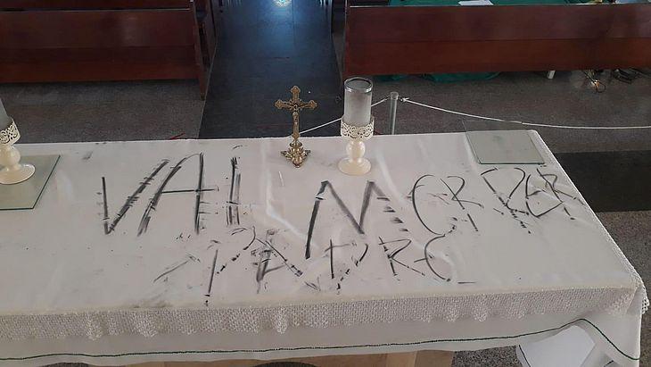 Altar da igreja São Francisco de Assis, em Cruz, foi pichado com ameaça a padre
