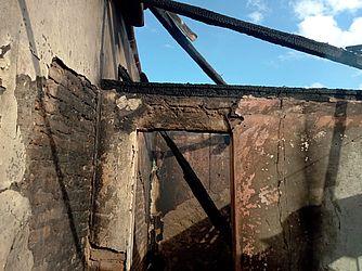 Cômodos ficaram destruídos após o incêndio