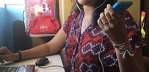 Professora Andréa Danielle no processo de gravação