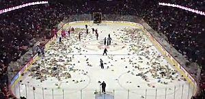 Torcida joga milhares de ursinhos de pelúcia em quadra para crianças carentes