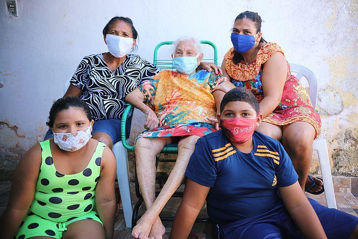 Já recuperada da Covid-19, a centenária Clotilde Maria da Silva agora recebe o carinho da família no aconchego do seu lar