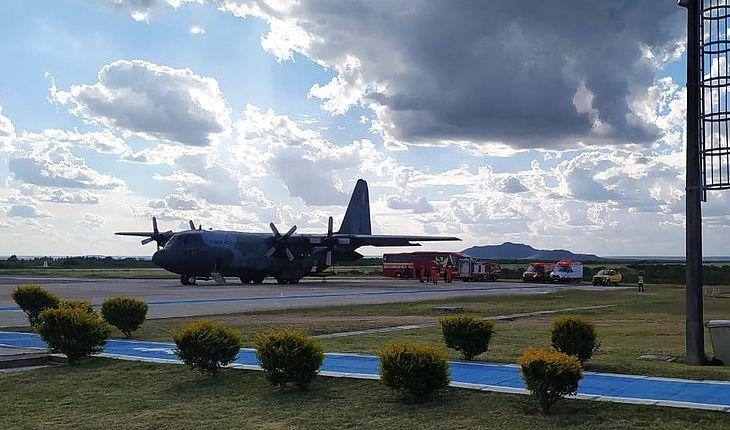 Corpos de alagoanos mortos em tragédia com ônibus de Mata Grande/AL  chegam ao aeroporto de Paulo Afonso